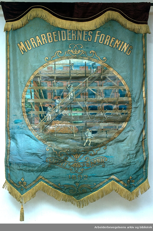 Murarbeidernes forening.Stiftet 8. april 1892..Forside..Fanetekst: Murarbeidernes forening. Stiftet 8. april 1892