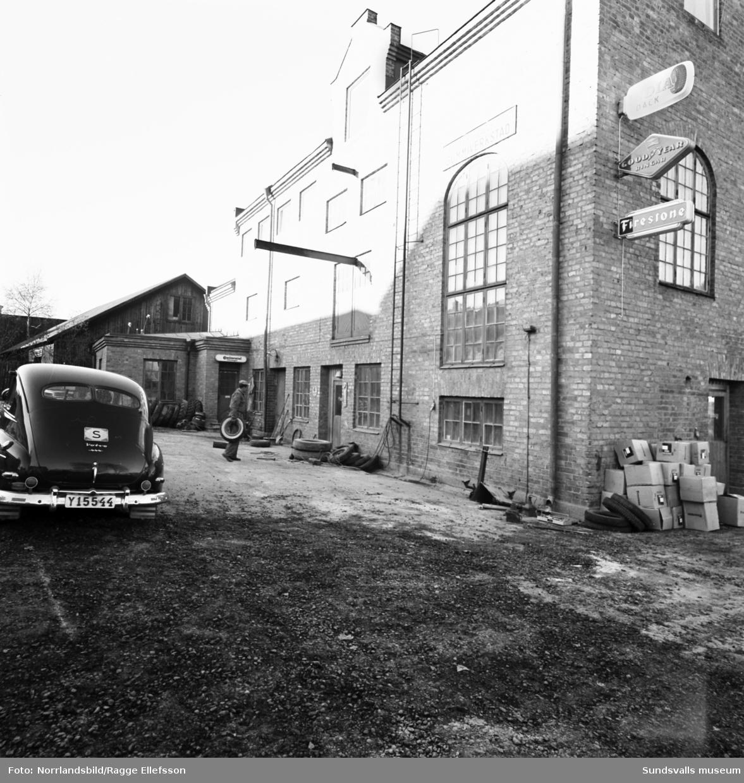 Sundsvalls Gummiverkstad som låg vid vid Ågatan, ungefär där norra delen av fastigheten Storgatan 56 ligger. Exteriör- och interiörbilder.