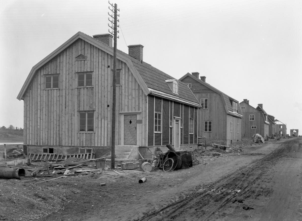 Huset närmast ligger på John Ericssonsgatan 48. Bilden beställdes av herr Magnusson och togs 1921.