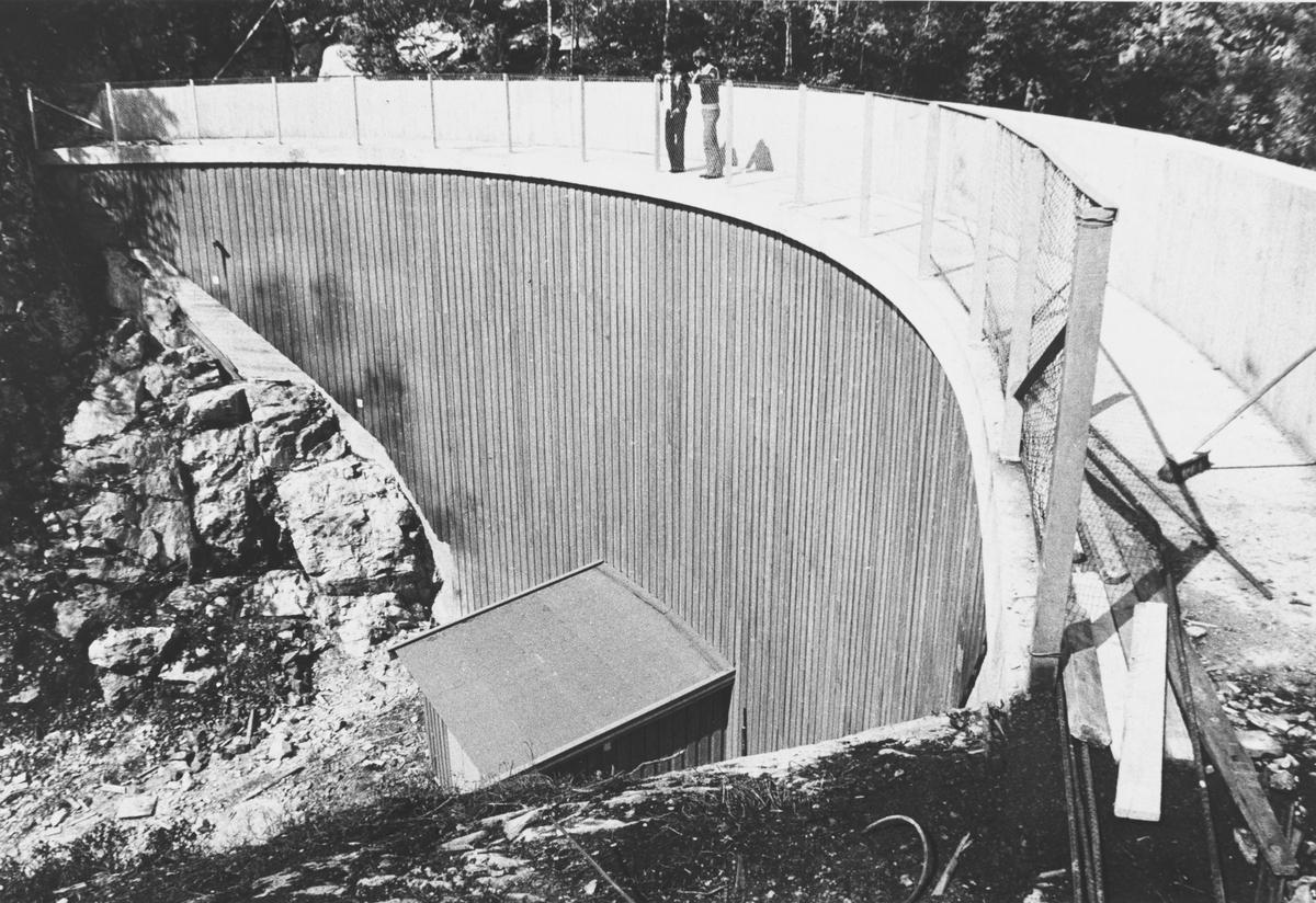 Demningen ved Bergstjern, reservedrikkevannskilde for Nittedal. Demningen ble bygget i 1975.