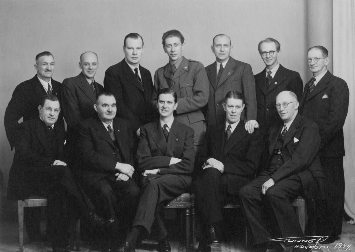 En bildkavalkad med Dan Gunners arbete i ateljén och med beställningsuppdrag. Curt Wennberg i mitten där framme och fotografen själv sittande längst ut till vänster.