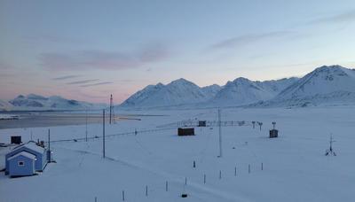 Blått fredet hus med fjell på Svalbard (Foto/Photo)