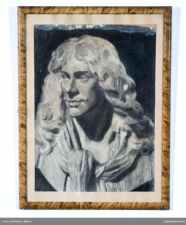 Portrett av mann med langt hår og skjerf.