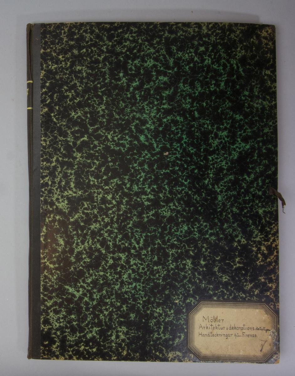 Portfölj av marmorerad papp. Sammanhållen med knytband. Rygg av svart linne. Innehåller enbart flera exemplar av Stockholms Tidningen och Svenska Morgonbladet från 1915-1916.