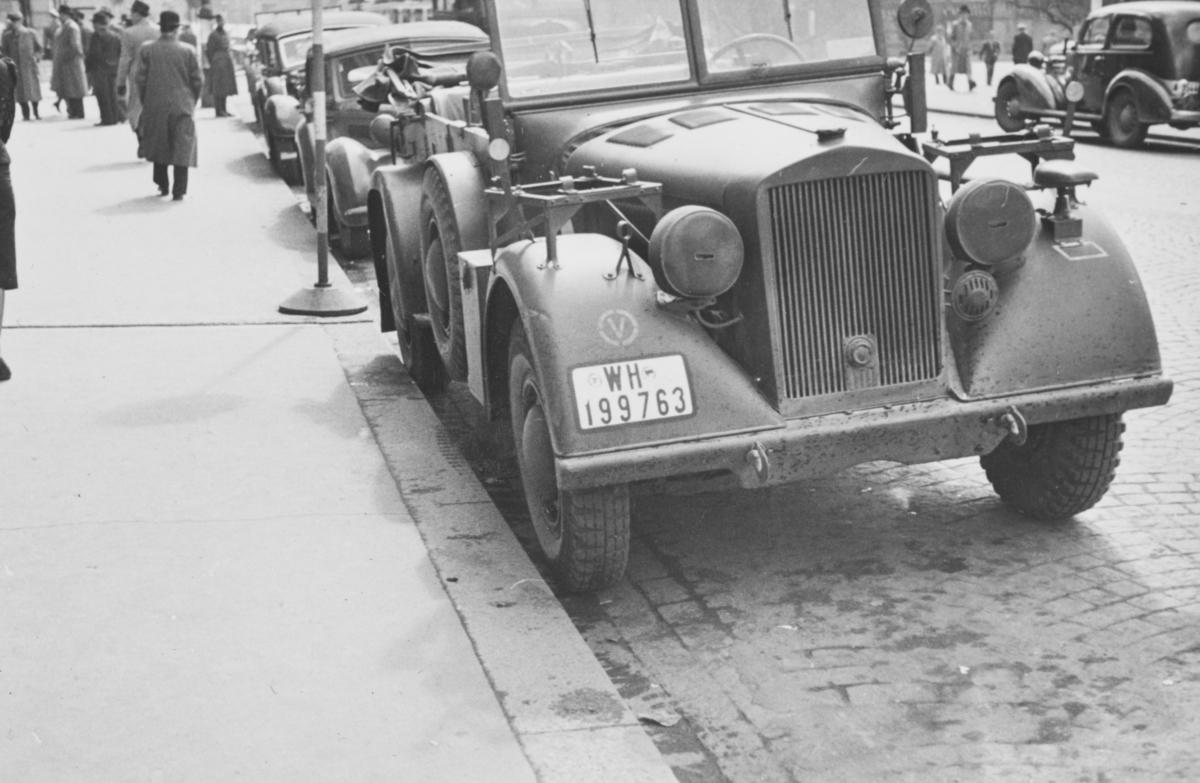 Tysk militærkjøretøy utenfor Grand hotell i Karl Johans gatei Oslo i mai 1940.