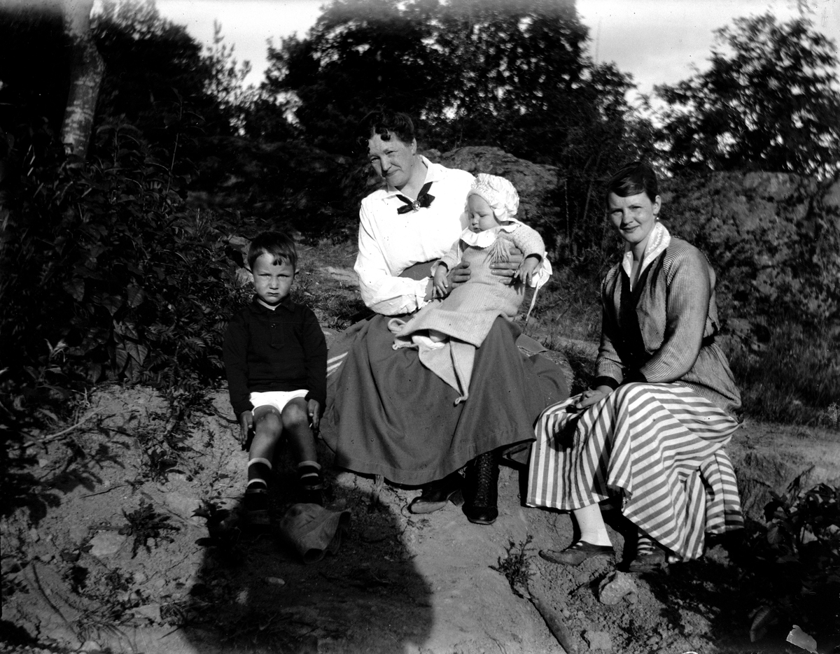 Augusta Sterner med dottern Karin och barnbarnen. Fotograf okänd.