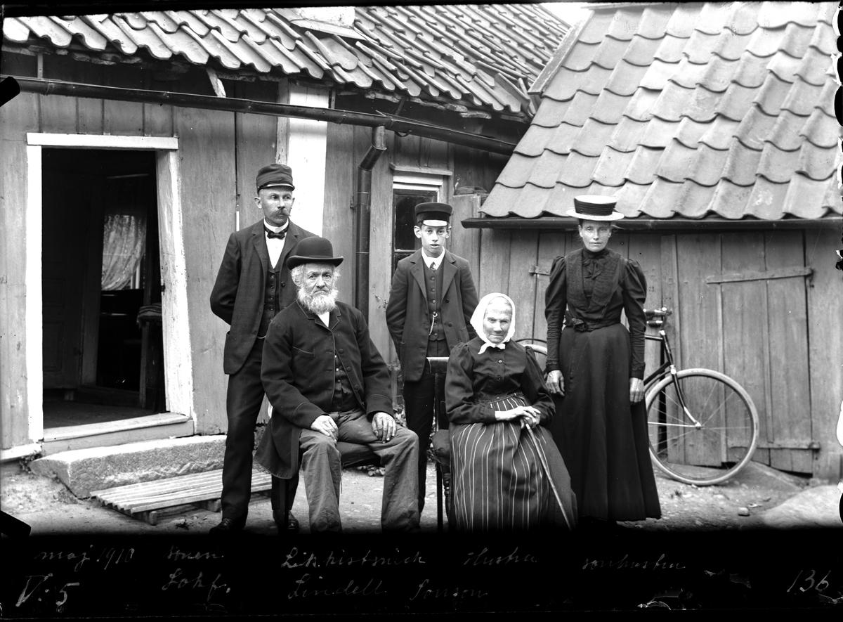 Likkistmakare Lindell med hustru, son och sonsonen 1910. Fotograf E Sörman.
