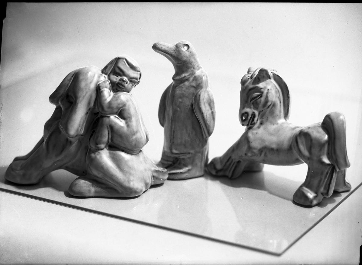 Porslinsfigurer. Pingvin, häst och hund och pojke.  Gefle Porslinsbruk AB bildades 22 september 1910 av Gustav Holmström och skeppsredare Erik Brodin. 1911 kunde produktionen komma igång. År 1913 ombildades företaget och byte namn till Gefle Porslinsfabrik AB. 1979 lades fabriken ned.