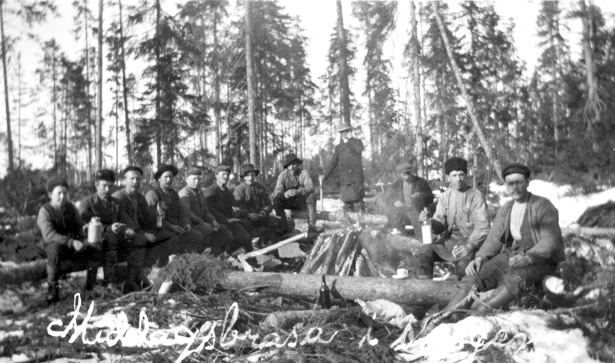 """""""Middagsbrasa i skogen"""". Kolgården vid Axmarby såg."""