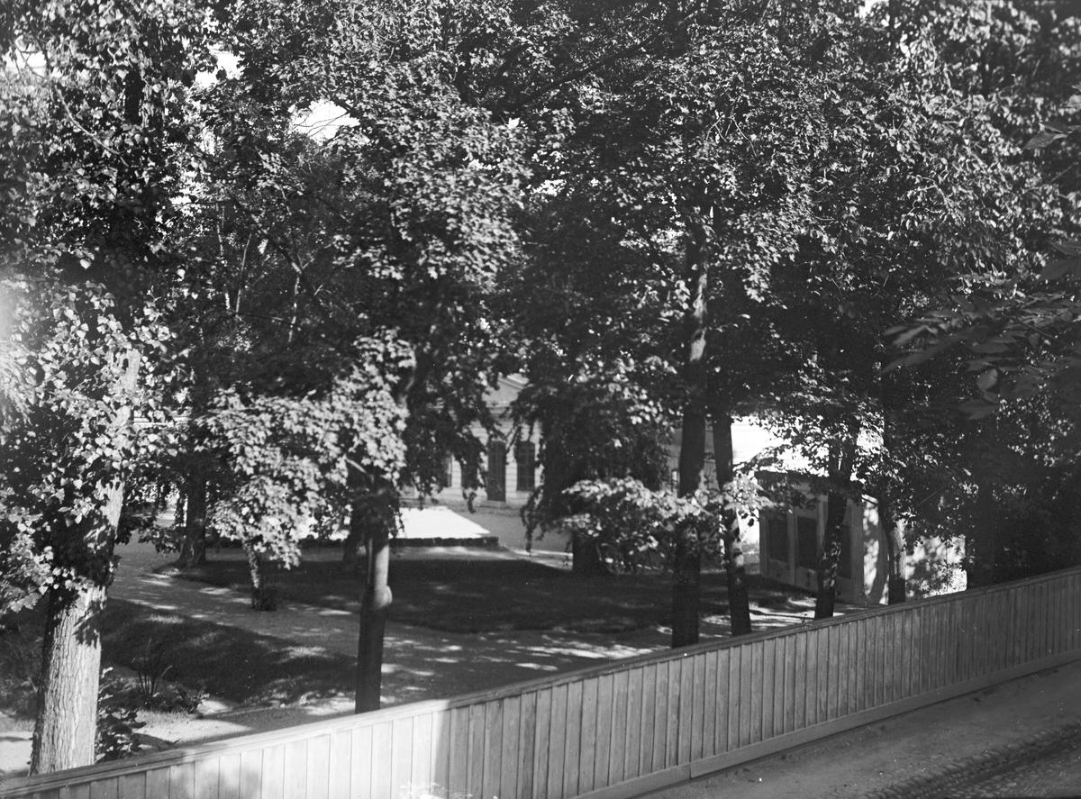 Park innanför staketet. Tidsomfånget är 1900 - 1940