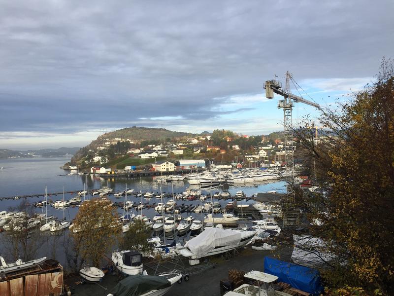 Fana båthavn med Dolviken sjøkabellager i bakgrunnen (Foto/Photo)