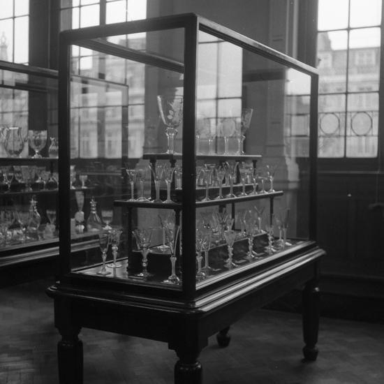 Foto av flera olika sorters glasföremål på en glasutställning.