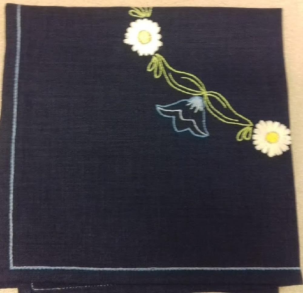 Duk broderad på Blått linne med blå,grön,gul vit lingarn.