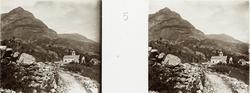 Sterobild med naturmotiv från Pyreneerna. Kyrka invid berg.