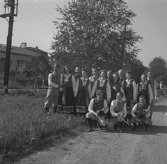 Barnens Dag, 31/5 1946.Ett folkdanslag (?) i Värendsdräkter har samlats vid envägkant.