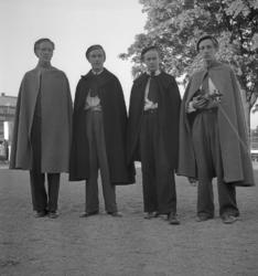 Barnens Dag, 31/5 1946.Några unga män i slängkappor och sko