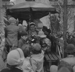Studenterna sista dagen, 14/5 1955.En student med gratulant