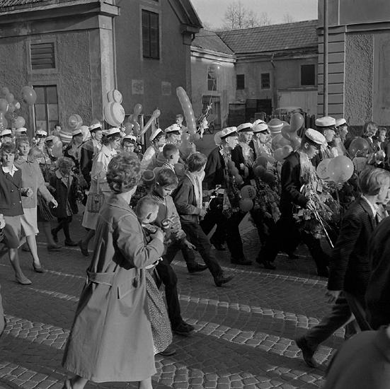 Studenterna, andra d. 1960. Studenterna m.fl. tågar uppför Storgatan mot Stortorget. I bakgrundensyns bakgården till dåv. G. Bergstrands fastighet.
