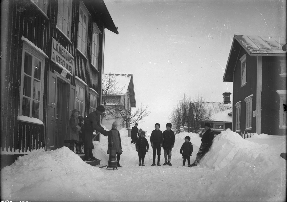 Vinterbild, utanför L.O. Hedquists diversehandel.