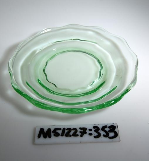Assiett av Sodaglas. Rund assiett med runda uddar. Klarglas.  Inskrivet i huvudbok 2011. Funktion: Assiett