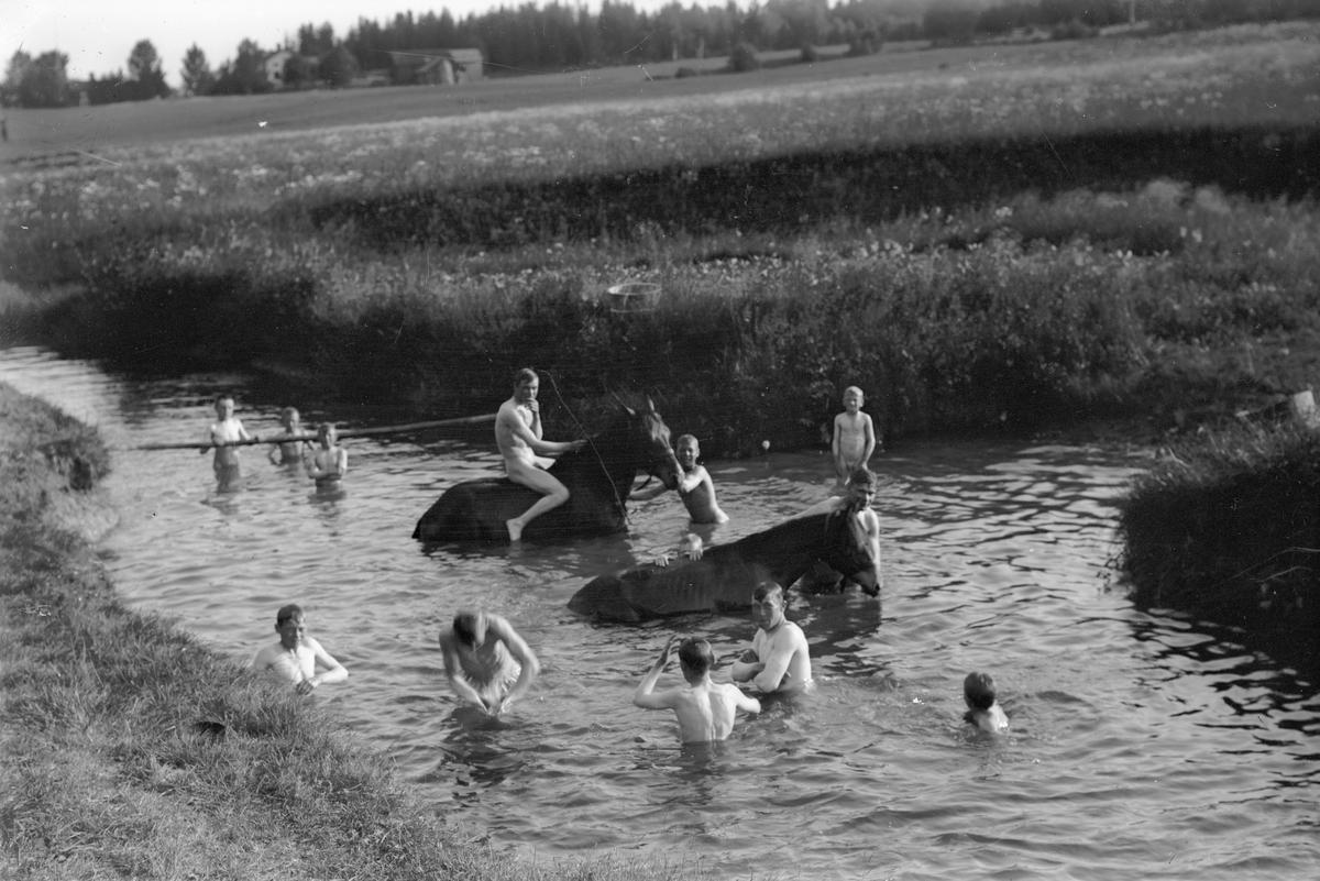 """Gemensamhetsbad efter dagens slit. Badplatsen väster om """"Erik-Lars"""", W. Hästbo"""