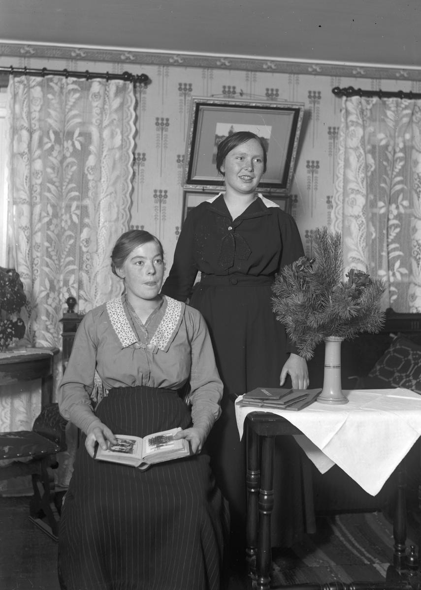 """Stående Josef Erikssons syster Betty, """"Erik-Lars"""", Wästra Hästbo"""