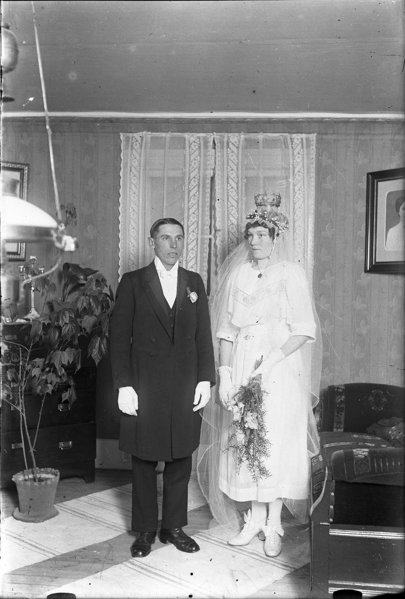 Det här är Karl Helmer Olsson (1892-1963) och Jenny Margareta Nyman (1899-1980) som gifte sig 10 jan 1920 i Torsåker.