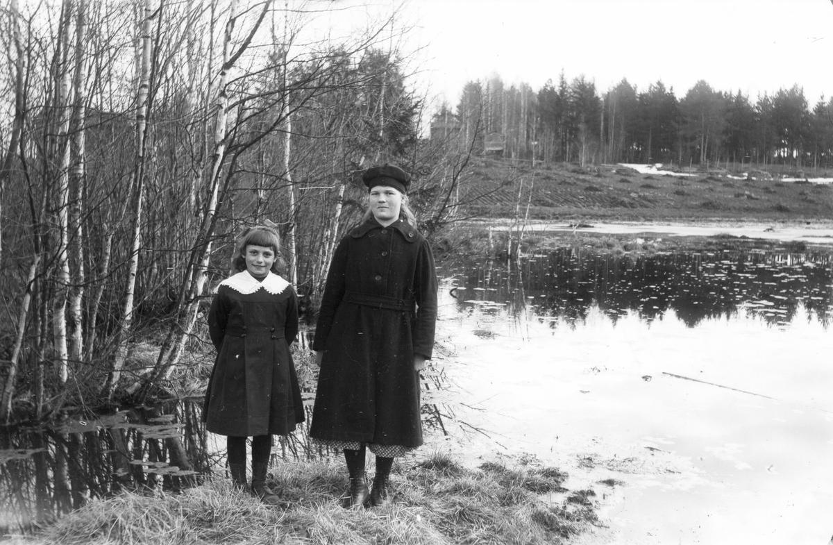 Till vänster skogvaktardottern Bojan Johansson.