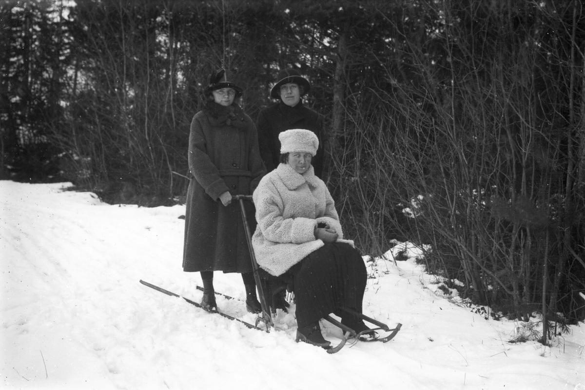 Från vänster: Anna Larsson från Smehammars, Ulla Andersson (sjuksköterska på Skinnars åt Brita) samt på sparken Skinnar-Brita Persson.