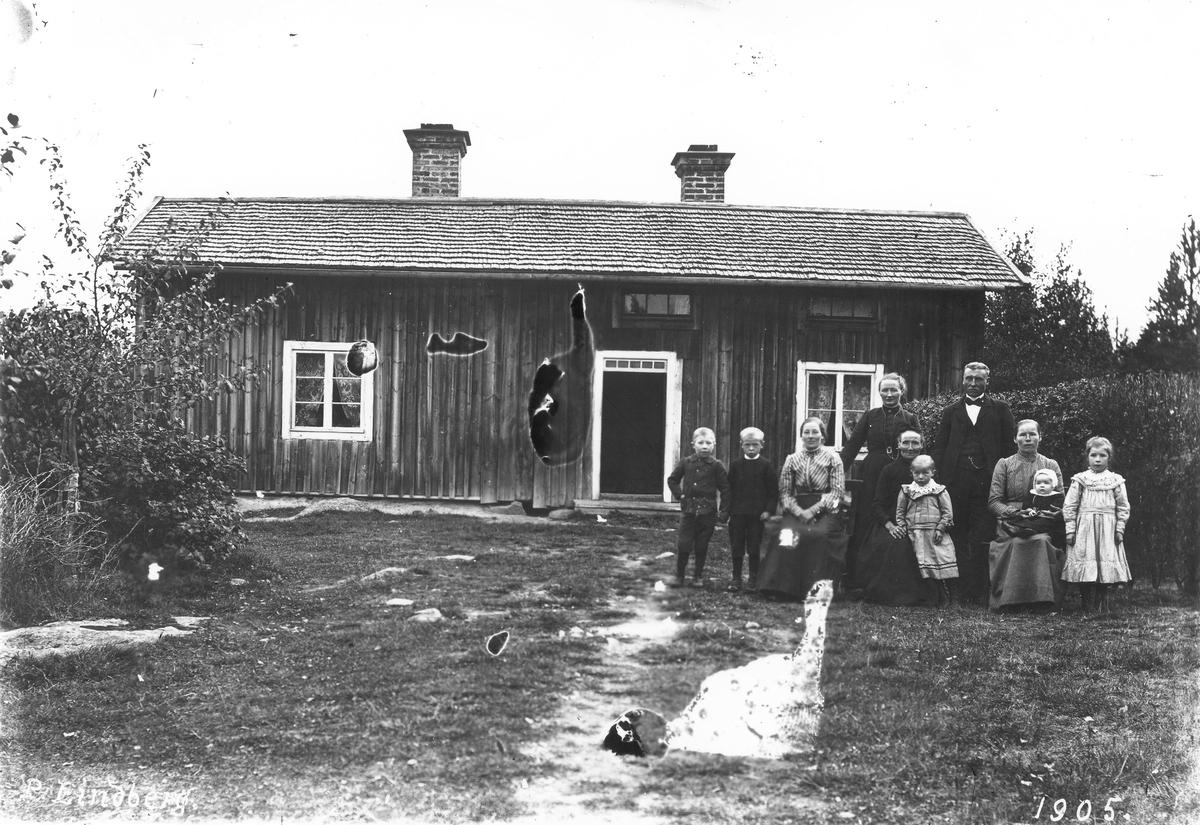 Familj framför bostadshus.