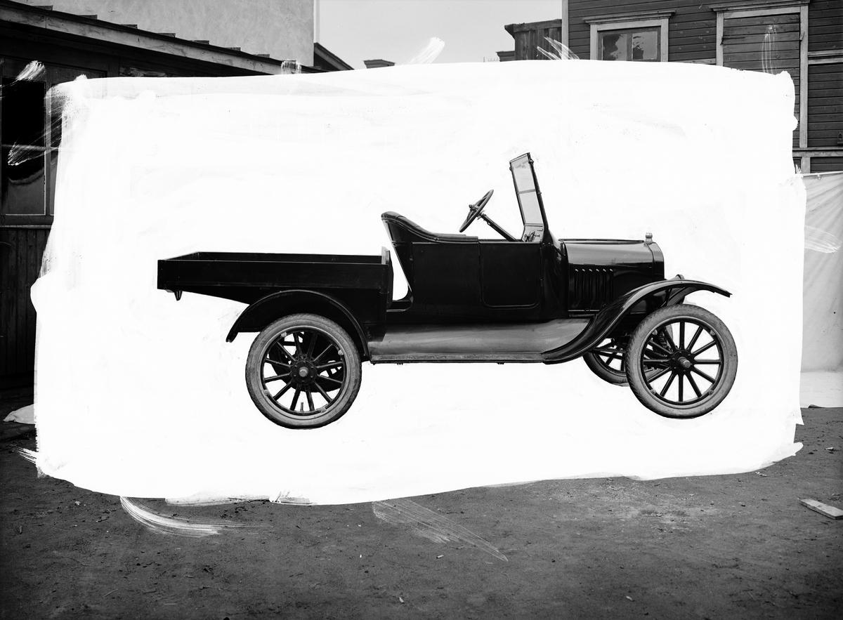 Lastbil, ca 1923-1924 T-Ford personbil som blivit ombyggd till lätt lastbil. Valbo Verkstadsbolag.