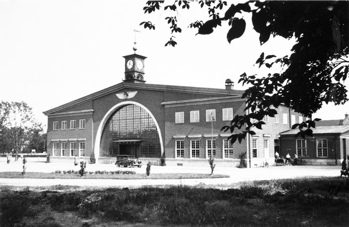 Södra Station (Maxim) byggdes 1926 för Ostkustbanan och Upplandsbanan.