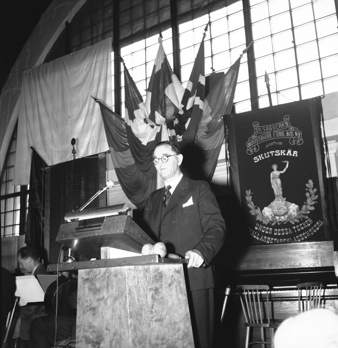 """Sågverksarbetarförbundets kongress på Södra Station. September 1944. Maxim. Skutskär, Svenska sågverksindustriarbetarförbundet avd 2. """"Under dessa tecken skall arbetarklassen segra"""""""
