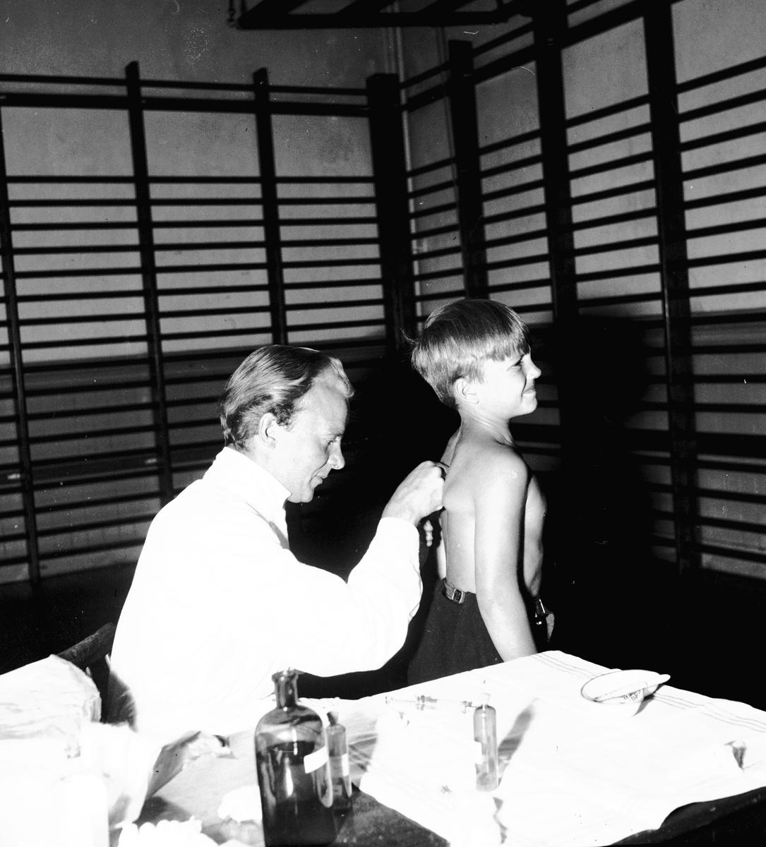 Vaccination vid Norra Skolan. Den 2 September 1944. Reportage för Arbetarbladet