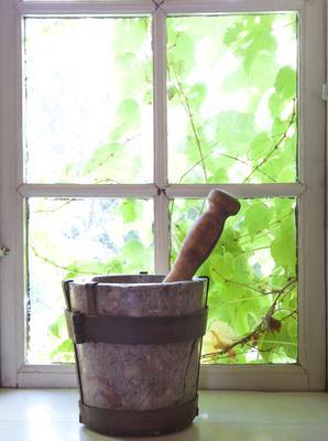 Morter og pistill. I vindu i urtekammeret på Norsk Folkemuseum. Foto: Eva Brænd