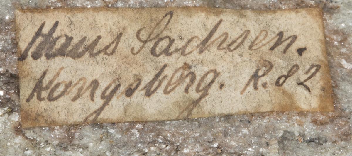 Etikett på prøve: Haus Sachsen. Kongsberg R.82.