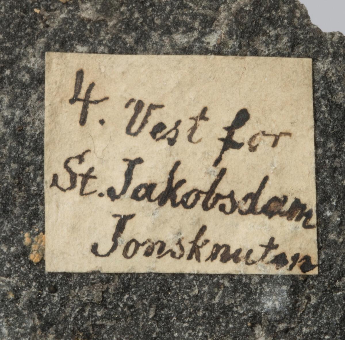 Etikett på prøve: 4. Vest for St. Jacobsdam Jonsknuten  Etiketter i eske:  Etikett 1: 4. Vest for Store Jacobsdam ved foden af Jonsknuten  Etikett 2: V. for Store Jacobsdam ved foden af Jonsknuden. Kbrg.
