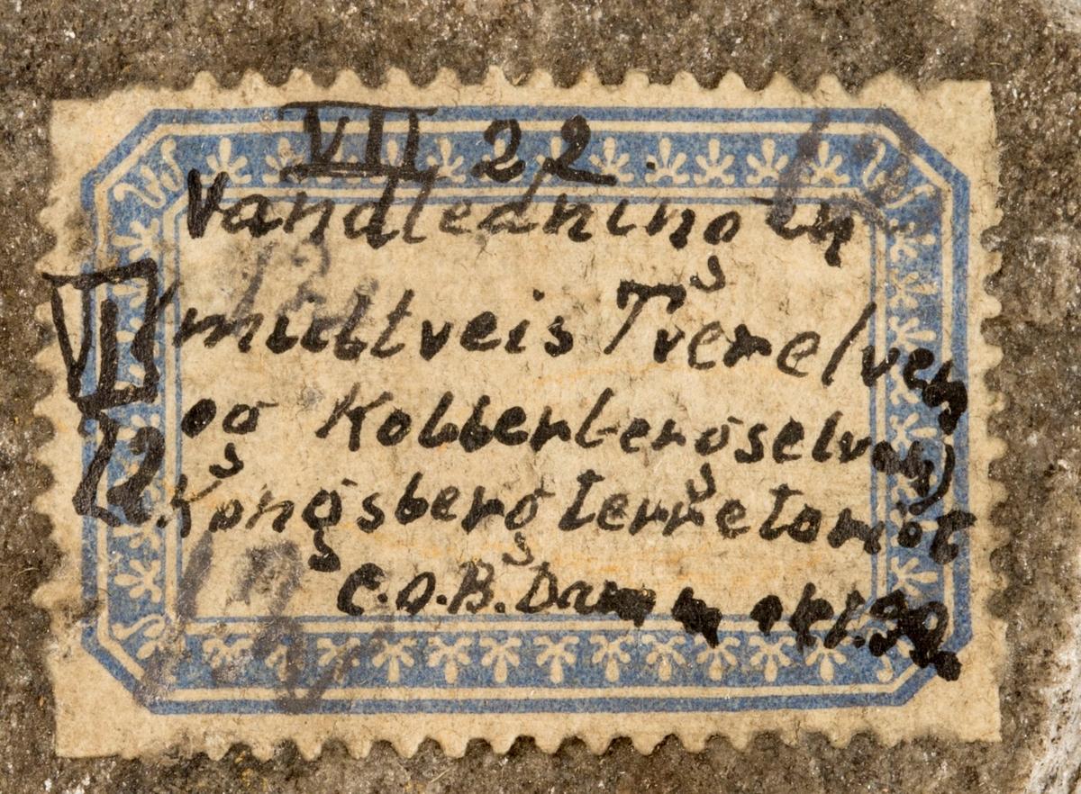 Etikett på prøve: VII 22 Vandledningen midtveis Tverelven og Kobberbergselven Kongsberg territoriet C.O.B. Damm okt 99.