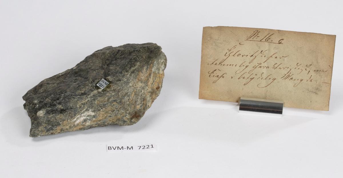 Etikett på prøve: 16 c.  Etikett i eske: No. 16. c Chloritskifer temmelig charakteristisk, med Kiese i betydelig Mængde.