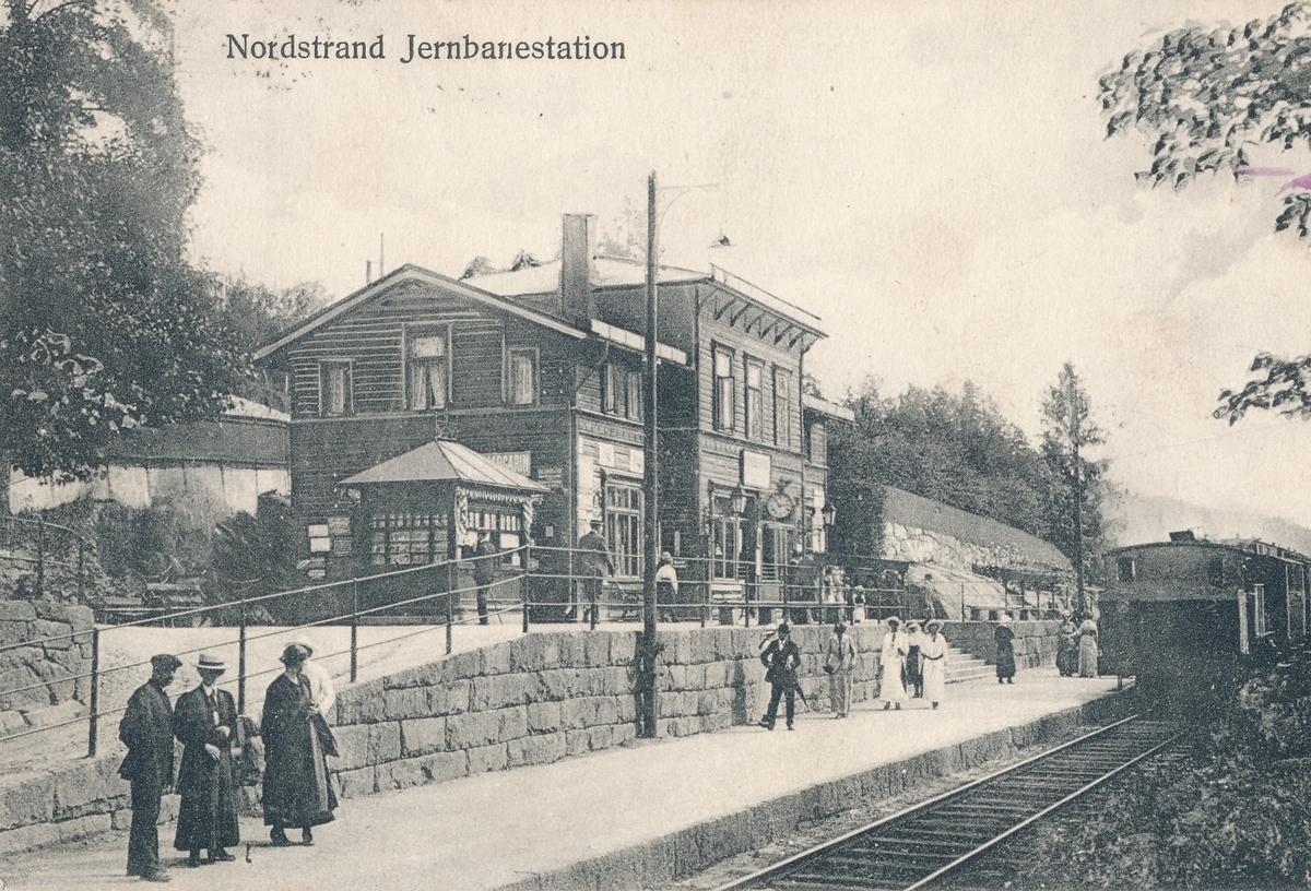 Nordstrand stasjon. Tog til Oslo Ø kjører inn på stasjonen.