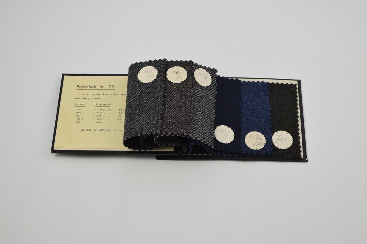 Prøvebok med 6 prøver. Middels tykke ullstoff med diskret mønster.  Alle stoffer er merket med en rund papirlapp festet med metallstifter hvor nummer er påskrevet for hånd.  Stoff nr. 5071/1 (grå), 5071/2 (brun), 5070/1 (grå), 5067/1 (mørk blå), 167B/304 (blå), 780 (brun).