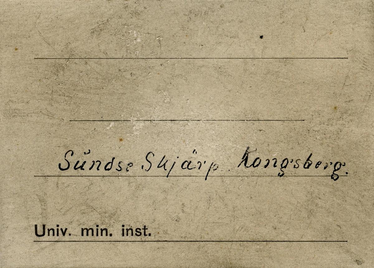Lapp i eske: Sundse Skjærp  Etikett i eske: Sundse Skjärp. Kongsberg.
