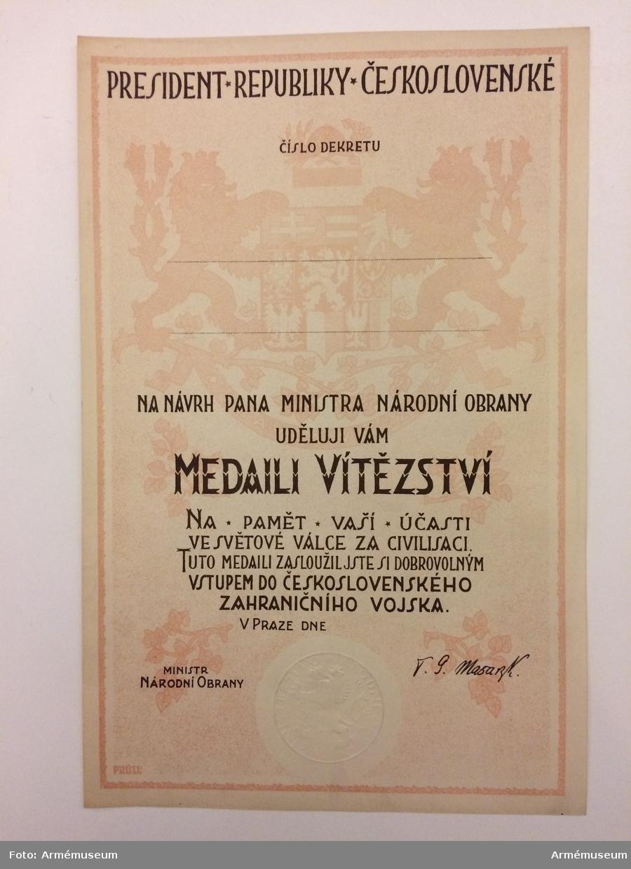 Grupp M II  Rund med Tjeckoslovakiens vapen.