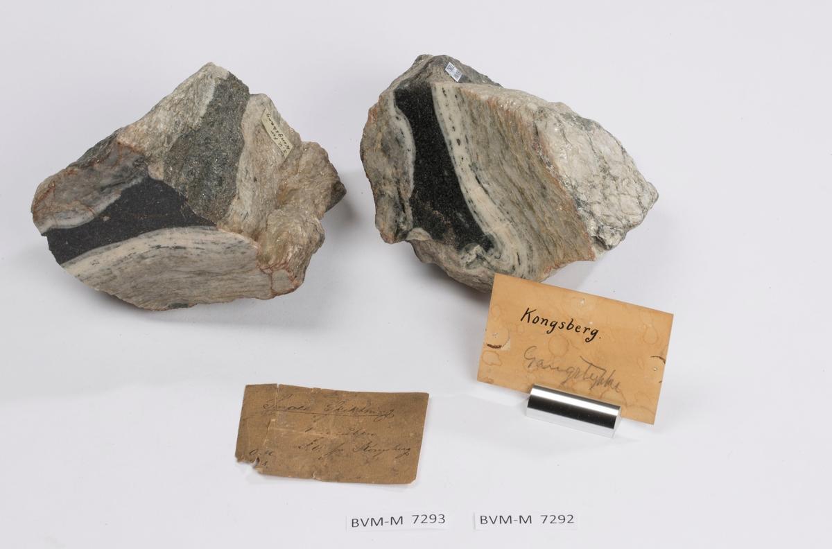 To prøver, begge med etikett: S.V. for Kongsberg.  To etiketter i eske: Etikett 1 (delvis ødelagt og uleselig): Snolt [? muligens: Smalt el. l.] Skiktning Kisgruben [utydelig, men trolig denne gruva] S.V. for Kongsberg OAC. 1..8 [skadet, kan være 1878 f.eks.]  Etikett 2: Kongsberg Gangstykke