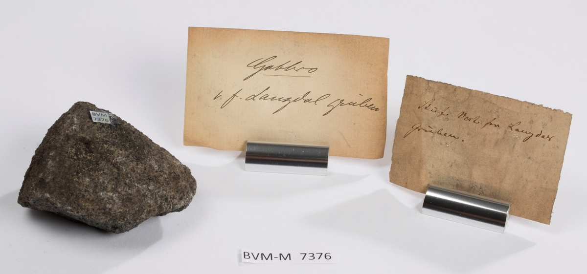 To etiketter i eske:  Etikett 1:  Stuf Vest for Laugdal (eller Langdal?) gruben.  Etikett 2: Gabbro v.f. Laugdal (eller Langdal?) gruben