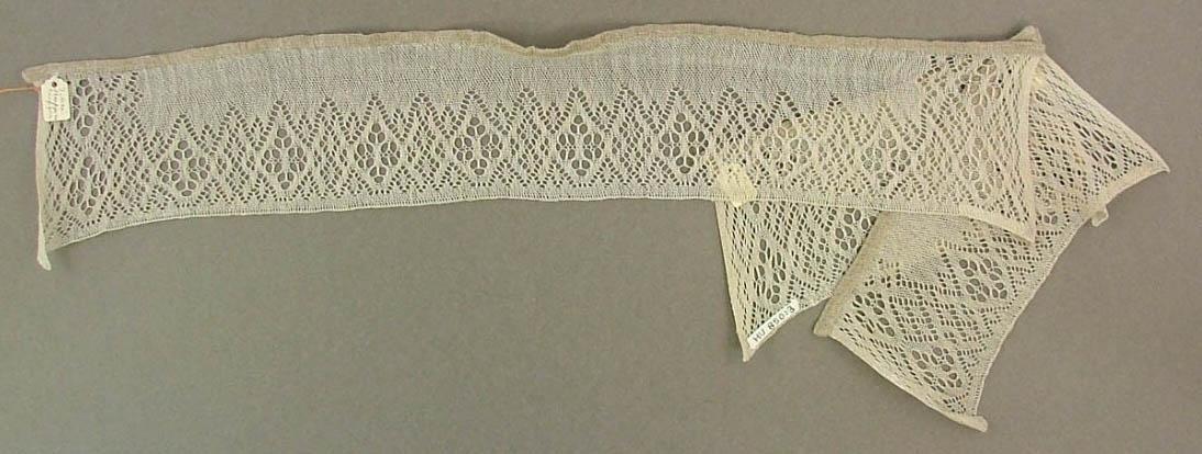 Manschett, 22 X 8, halvblekt. Äldre katalogisering av Elisabeth Thorman (enl. uppgift).