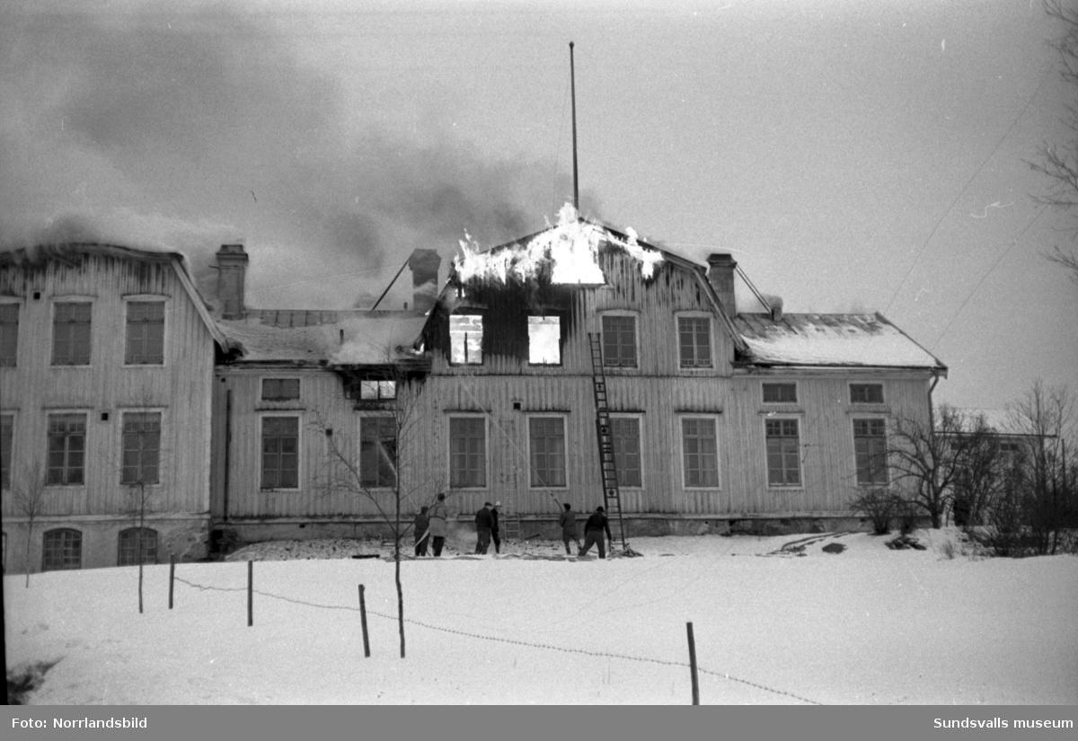 Sockenstugan, församlingshemmet, invid Sköns kyrka förstörs i en brand.