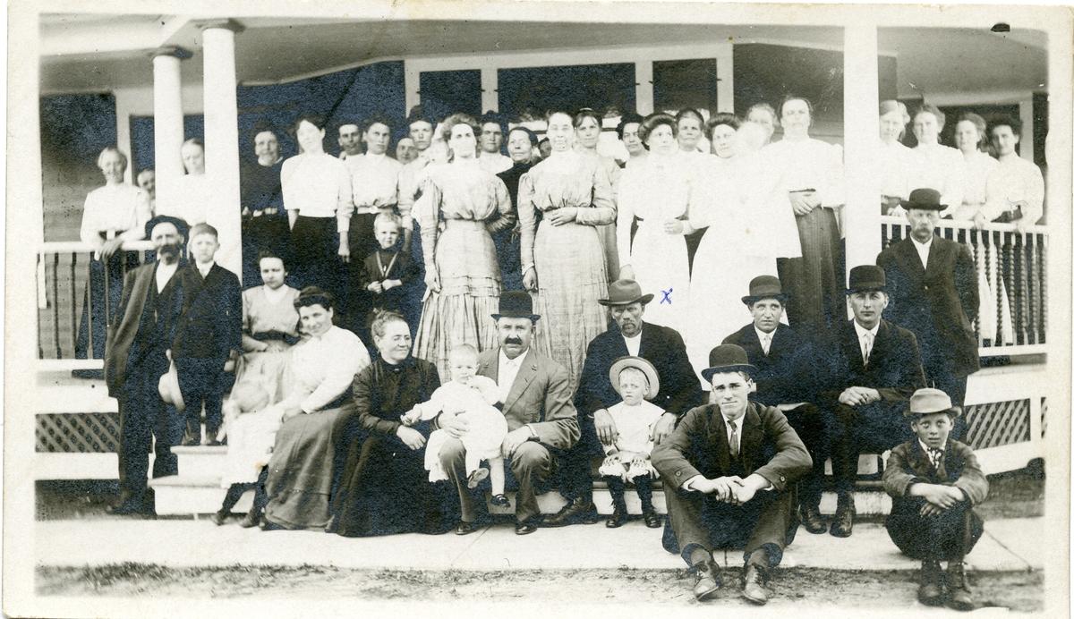 Norsk-amerikanere på Strand-farmen i Portland, North Dakota i 1912. Kvinna med kryss på kjolen er Inger Lineikro f. Espeliødegård.