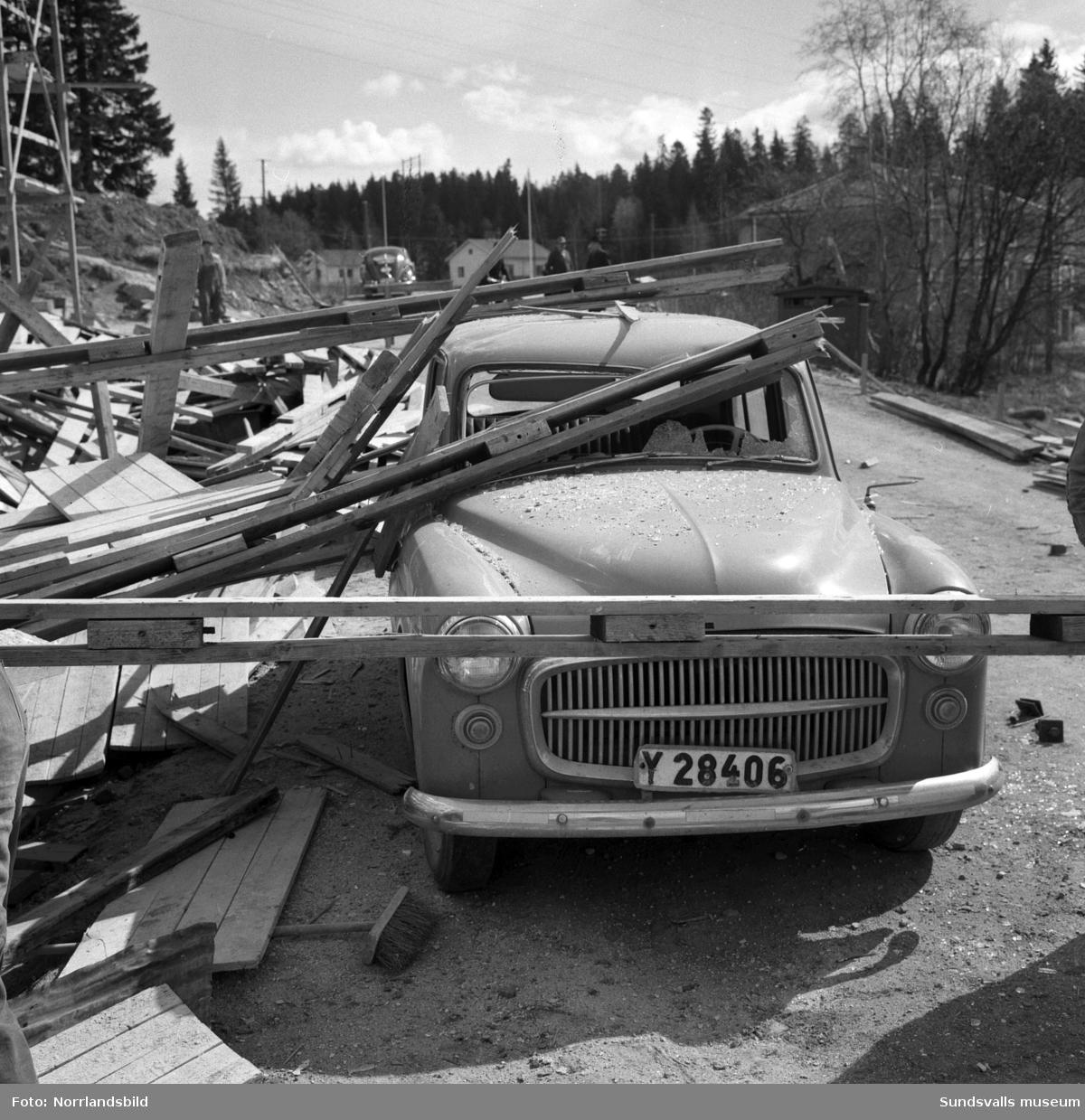 En byggnadsställning har rasat under byggnation av flerfamiljshus vid Tjädervägen i Skönsberg.