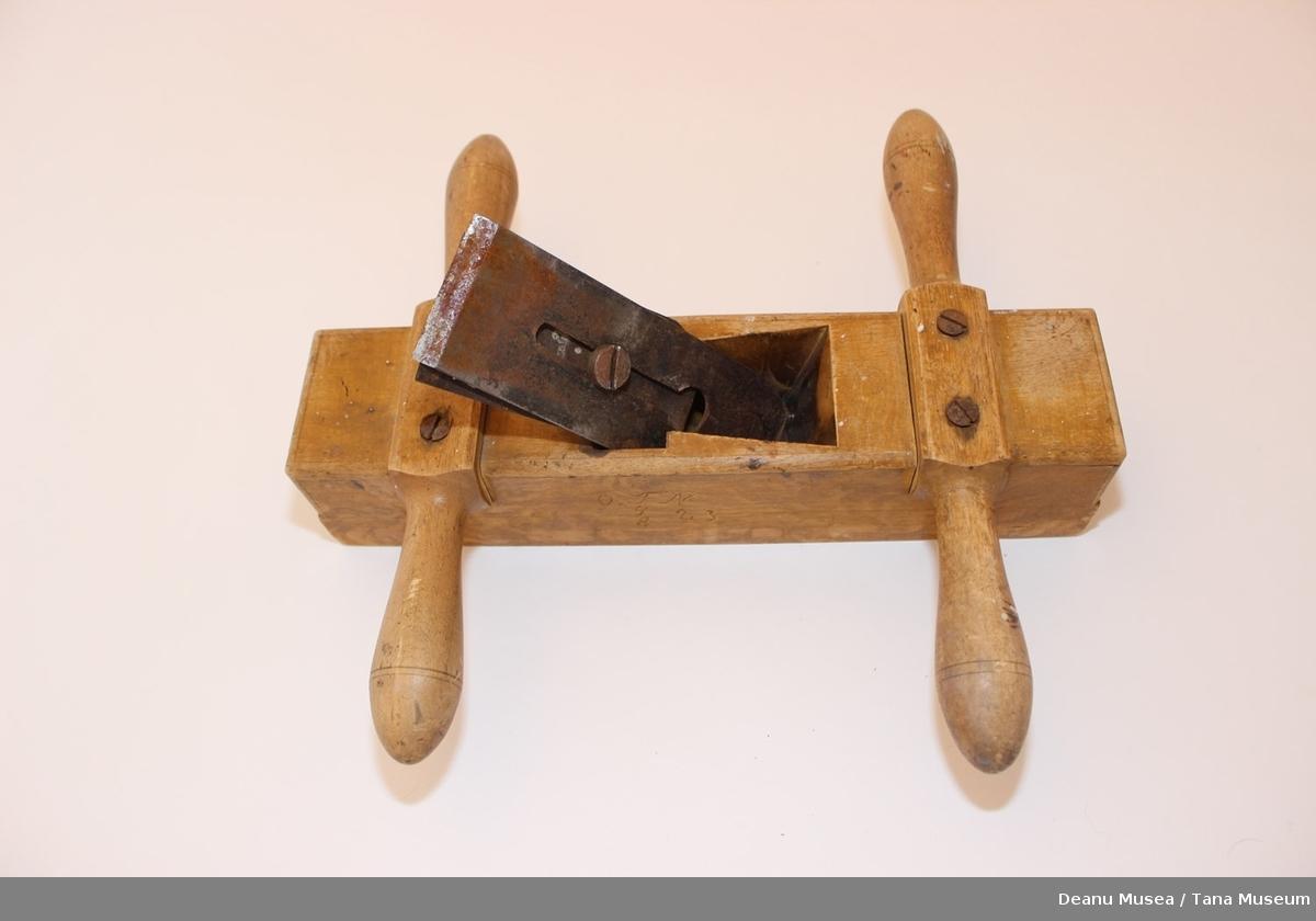 Høvel lagd i lakkert tre skjærekniven er i stål. Hådtaket er skrudd fast med treskruer